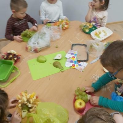 Owocowe jęże atakuja nasze przedszkole czyli warsztaty kulinarne w pszczółkach i sówkach